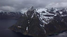 Отснятый видеоматериал Норвегия зверских гор воздушный Горы островов Lofoten скалистые Озера гор, дождливые горные пики сток-видео