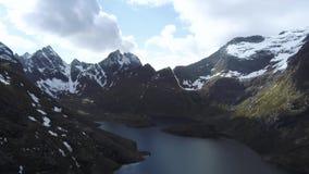 Отснятый видеоматериал Норвегия зверских гор воздушный Горы островов Lofoten скалистые Озера гор, дождливые горные пики акции видеоматериалы