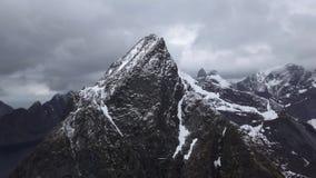 Отснятый видеоматериал Норвегия зверских гор воздушный Горы островов Lofoten скалистые Озера гор, дождливые горные пики видеоматериал