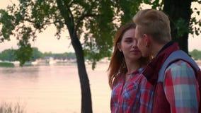 Отснятый видеоматериал нося пар в любов держа руки и смотреть одина другого с уверенностью стороны, пока идущ на парк акции видеоматериалы
