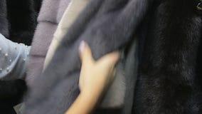 Отснятый видеоматериал пальто норки сток-видео