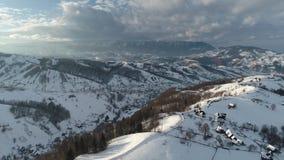 Отснятый видеоматериал промежутка времени прикарпатских гор видео- в Румынии видеоматериал