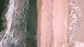 Отснятый видеоматериал трутня морозных атлантических волн акции видеоматериалы