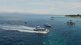 Отснятый видеоматериал трутня плавания шлюпки или яхты скорости в море Бали Индонезии Nusa Penida сток-видео