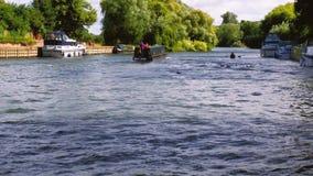 Отснятый видеоматериал шлюпки лодки причаливая мосту видеоматериал