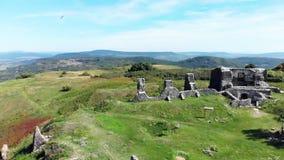 Отснятый видеоматериал footDrone трутня от красивого старого замка на холме Csobanc в Hungaryage от красивого старого замка на h видеоматериал