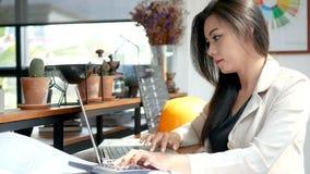 отснятый видеоматериал 4K, занятая бизнес-леди работая с портативным компьютером и калькулятор в кафе кофейни в городе в утре сток-видео