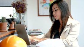 отснятый видеоматериал 4K, занятая бизнес-леди работая с портативным компьютером и калькулятор в кафе кофейни в городе в утре акции видеоматериалы