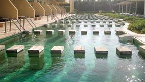 отснятый видеоматериал 4k красивых открытых бассейнов с водой бирюзы на тропическом островном курорте акции видеоматериалы