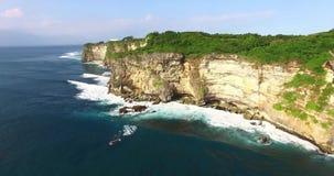 Отснятый видеоматериал скалы Uluwatu воздушный, Бали, Индонезия Красивый взгляд трутня к скале видеоматериал