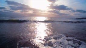 Отснятый видеоматериал трутня seascape против неба во время захода солнца сток-видео