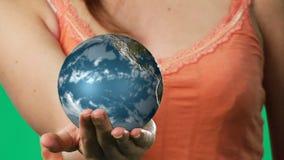 Отснятый видеоматериал Chroma ключевой женщины держа глобус акции видеоматериалы