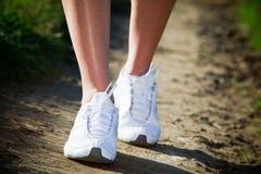 отстаньте гуляя женщину Стоковые Фотографии RF