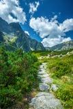 Отстаньте для того чтобы почернить озеро под пиком Rysy, горами Tatra Стоковые Изображения RF