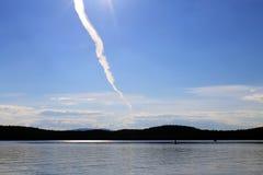Отстаньте от самолета в небе над озером Стоковые Изображения RF