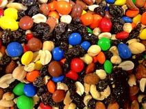 Отстаньте смешивание, изюминки, арахисы, конфету покрытый шоколад стоковые фото