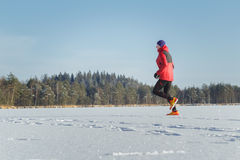 Отстаньте человека бегуна в гонке спорта зимы внешней Стоковая Фотография RF