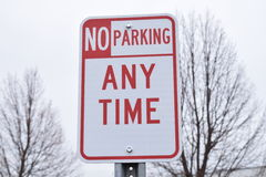 Отсутствие автостоянки в любое время красный и белый знак улицы отсутствие стрелки Стоковое Изображение RF