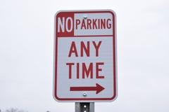 Отсутствие автостоянки знака улицы в любое время с стрелкой Стоковые Фотографии RF