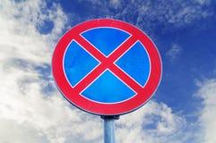 Отсутствие автостоянки и отсутствие останавливая знака уличного движения на предпосылке неба Стоковые Изображения