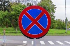 Отсутствие автостоянки и отсутствие останавливая знака уличного движения на улице Стоковые Изображения RF
