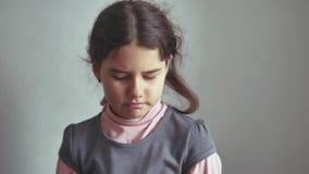 Отсутствие встряхиваний девушки жеста предназначенных для подростков ее голова, отказывая неудовлетворенную оппозицию акции видеоматериалы