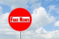 Отсутствие входа для знака уличного движения поддельных новостей запрещающего Стоковые Фотографии RF