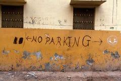 ` Отсутствие граффити ` автостоянки на желтой стене стоковая фотография rf