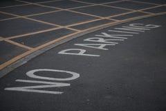Отсутствие знака автостоянки на общественной дороге асфальта Стоковое фото RF