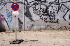 Отсутствие знака автостоянки перед scribbled строительной площадкой стоковое изображение rf