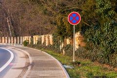 Отсутствие знака автостоянки, пребывания запрещенного, знака автомобиля около дороги и парка Стоковое Фото