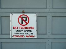 Отсутствие знака автостоянки прикрепленного к двери Стоковые Изображения RF