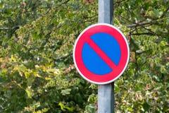 Отсутствие знака автостоянки с зеленой предпосылкой стоковое изображение rf