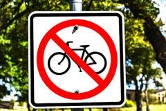 Отсутствие знака велосипеда - красного круга с слешем стоковая фотография rf