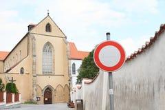 Отсутствие знака входа перед виском монастыря предположения девой марии Стоковые Изображения RF