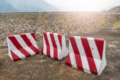 Отсутствие знака входа с ландшафтом запруды стоковые изображения