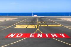 Отсутствие знака входа на взлётно-посадочная дорожка авиапорта с океаном в backgro Стоковое Изображение RF