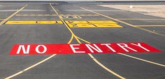 Отсутствие знака входа на взлётно-посадочная дорожка Стоковое Фото