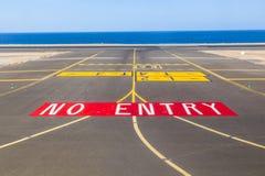 Отсутствие знака входа на взлётно-посадочная дорожка Стоковые Изображения
