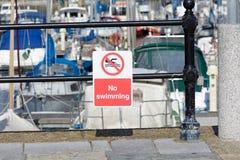 Отсутствие знака заплывания на перилах гавани Стоковое Изображение RF