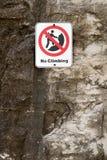 Отсутствие знака опасности скалолазания на скале Стоковая Фотография RF