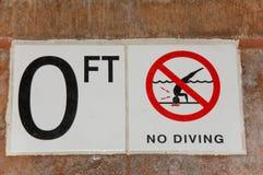 Отсутствие знака подныривания для 0 Ft на стороне бассейна без значка подныривания Стоковое фото RF