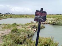Отсутствие знака рыбной ловли на соленых болотах на Il de Re, Франции стоковое изображение rf