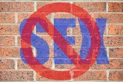 Отсутствие знака секса на старой текстуре кирпичной стены Стоковые Изображения