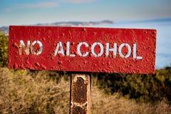 ` Отсутствие знака ` спирта вывешенного на пляж положения El матадора, Malibu Стоковые Изображения