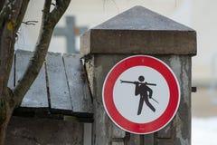 Отсутствие знака лыжи на горном селе Стоковая Фотография RF