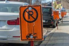 Отсутствие знаков автостоянки рядом с припаркованными автомобилями стоковое фото rf