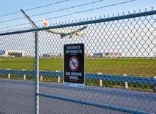 Отсутствие знак и самолет зоны трутней Стоковое фото RF