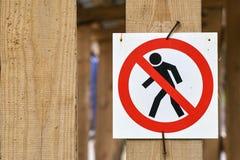 Отсутствие идя пешеходного предупредительного знака Стоковое фото RF