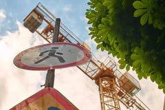Отсутствие идя знака уличного движения около строительной площадки Стоковое фото RF